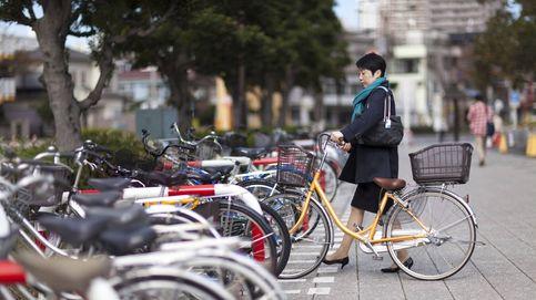 Deja su bici pinchada en un parque y, en vez de robársela, se la arreglan