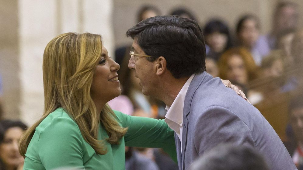 Foto: La presidenta de la Junta de Andalucía, Susana Díaz, recibe la felicitación de Juan Marín, de Ciudadanos, este jueves. (EFE)