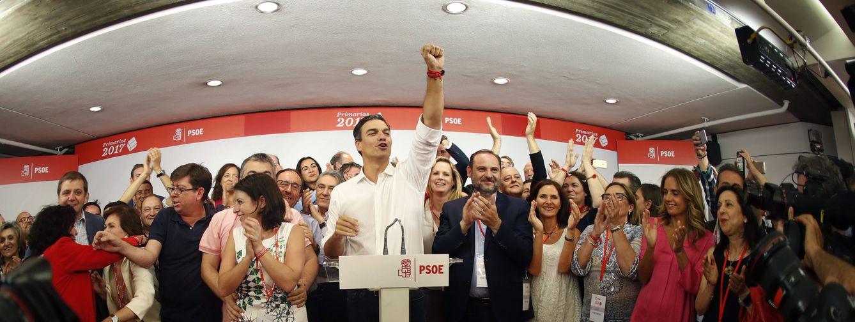 Foto: Pedro Sánchez celebra la victoria en las primarias con su equipo en Ferraz, este 21 de mayo. (Reuters)