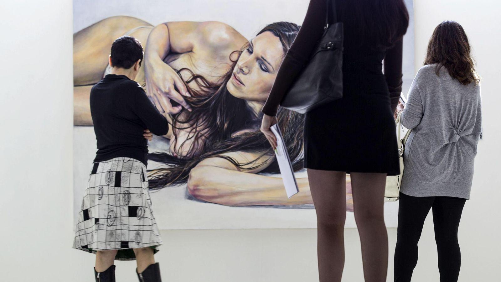 Foto: Muestra en la Facultad de Bellas Artes de Valencia con un cuadro de Jesús Sánchez Fajardo (EFE)