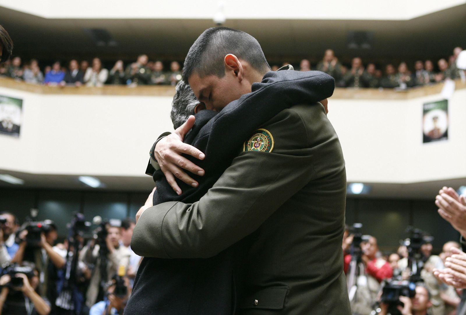 Foto: El oficial John Duran abraza a Emperatriz Guevara, cuyo hijo murió durante su secuestro por las FARC, en Bogotá, el 7 de julio de 2008 (Reuters):