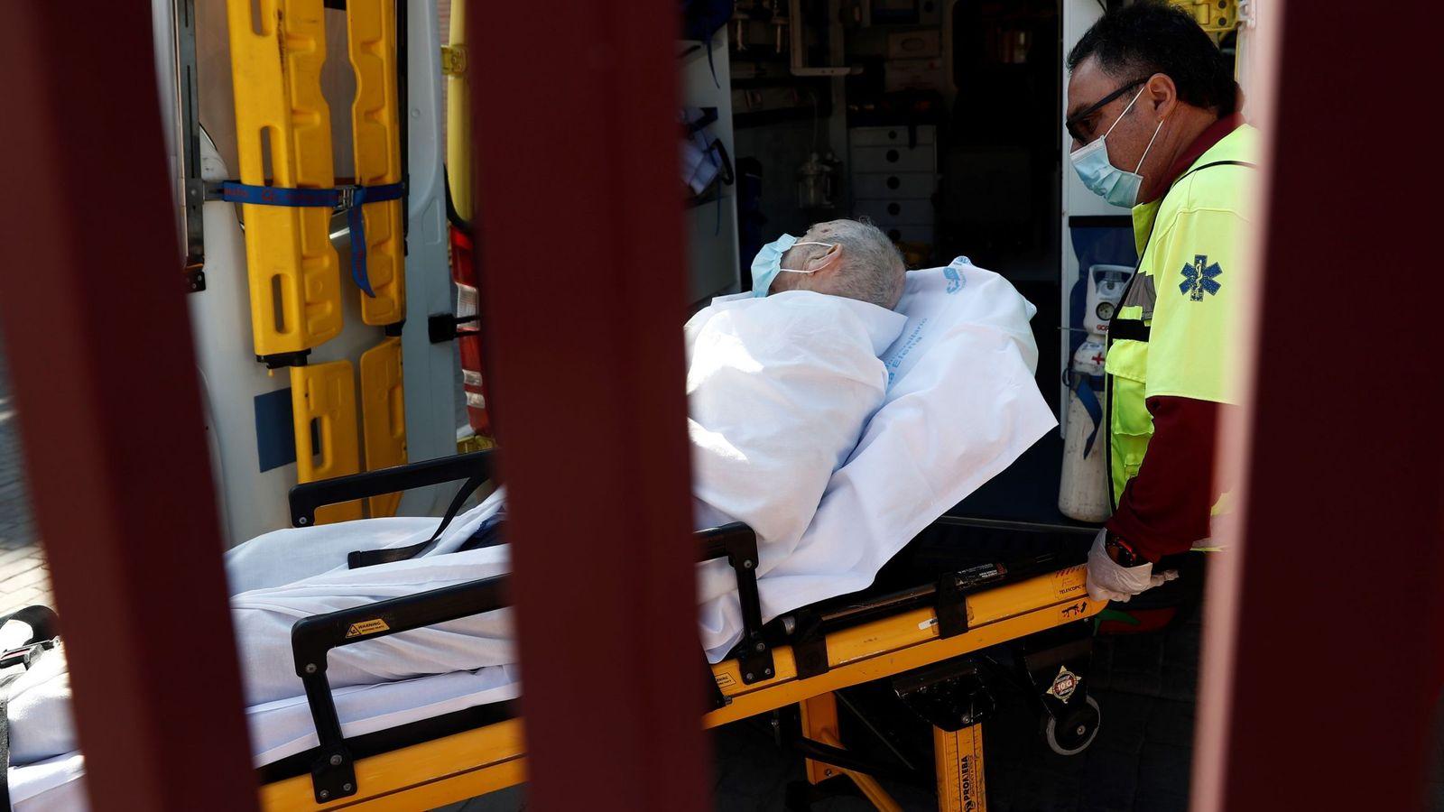 Foto: Foto de archivo de un anciano afectado por covid en una residencia. (EFE)