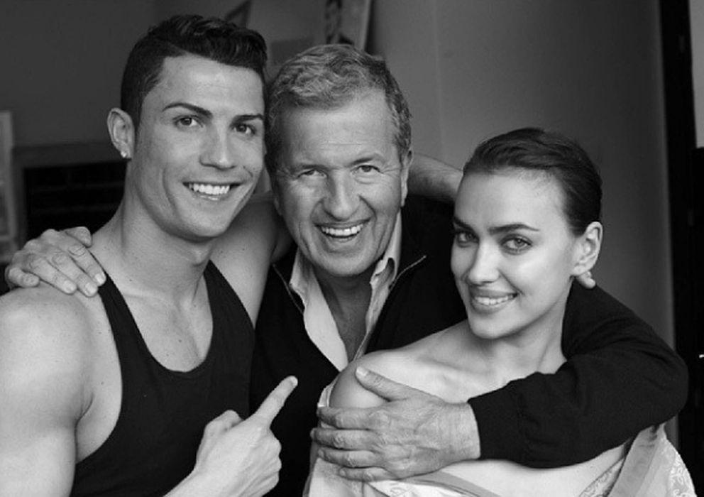 Foto: Cristiano Ronaldo e Irina Shayk junto a Mario Testino (Instagram Vogue España)