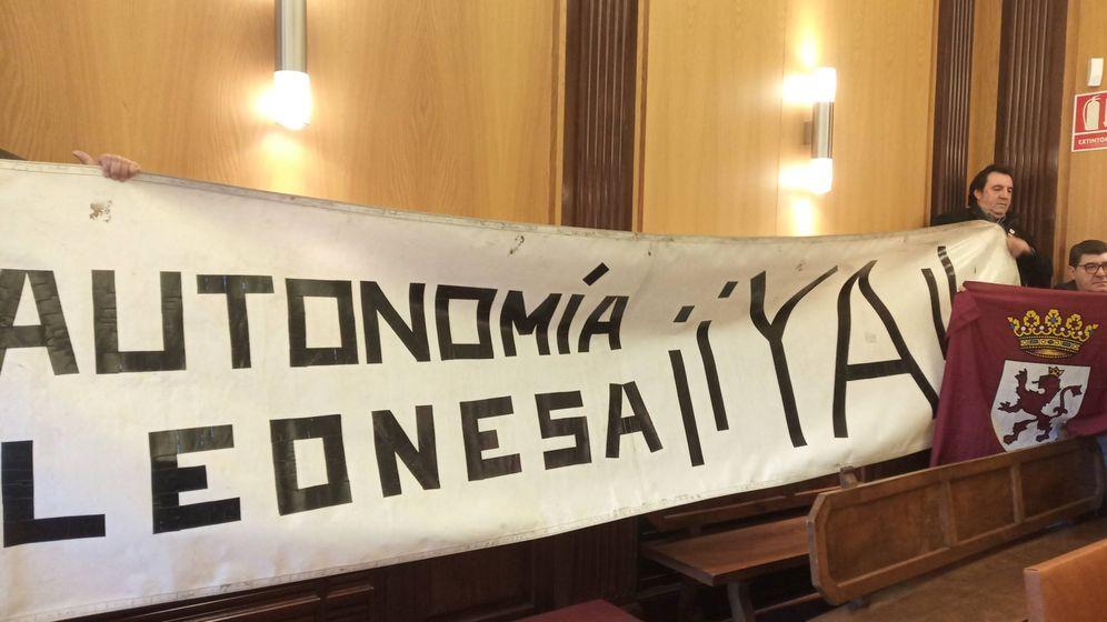 Foto: Pancarta desplegada e el pleno del Ayuntamiento de León en favor de la autonomía de la Región Leonesa. (EP)
