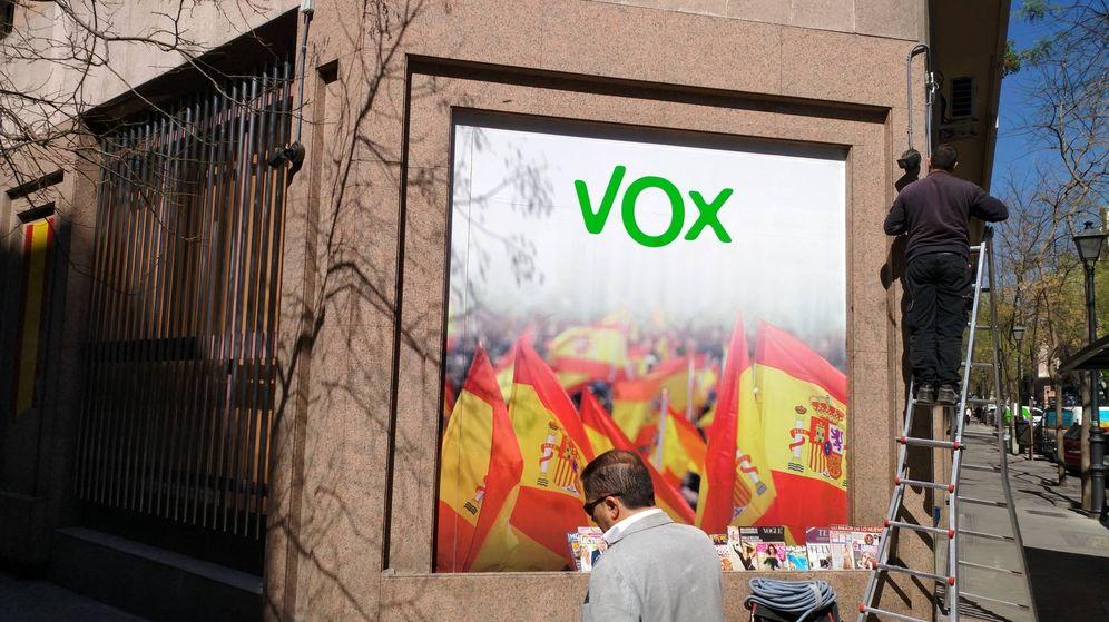 Foto: Un técnico coloca una cámara en la sede central de Vox en Madrid. (EC)