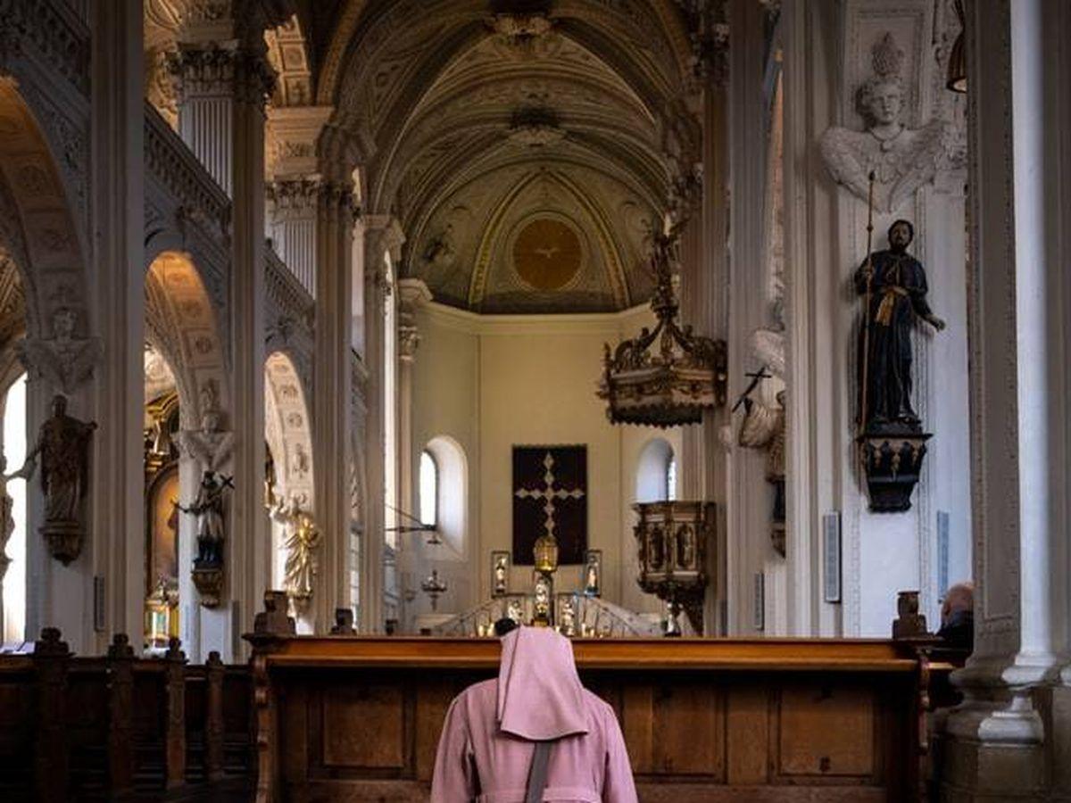 Foto: Una monja en un momento de rezo. (Foto: Unsplash)