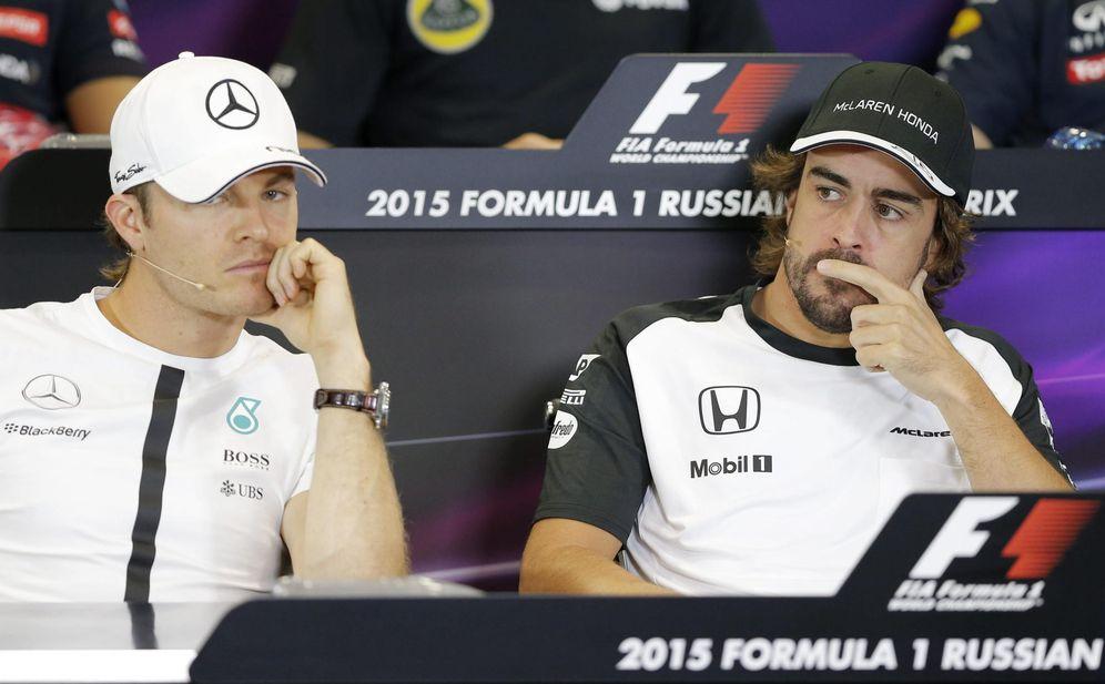 Foto: Fernando Alonso y Nico Rosberg, durante una rueda de prensa (EFE)