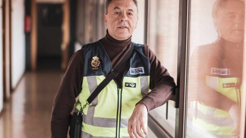 El inspector posa con su escopeta en los pasillos de la Jefatura de Policía. (J.Á.M)