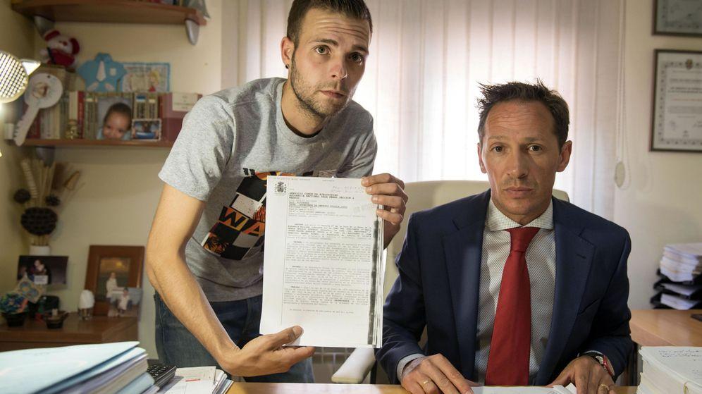 Foto: Alejandro Fernández, junto a su abogado, Javier Gómez Rosales. (EFE)