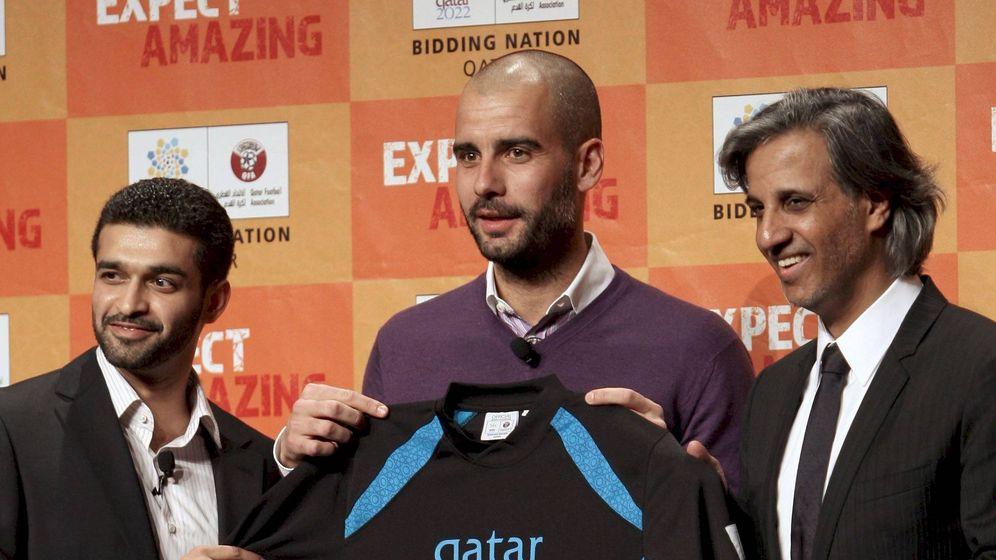 Foto: Pep Guardiola, junto al presidente de la Federación de Fútbol de Qatar y el presidente del comité de la candidatura al Mundial de 2022. (EFE)