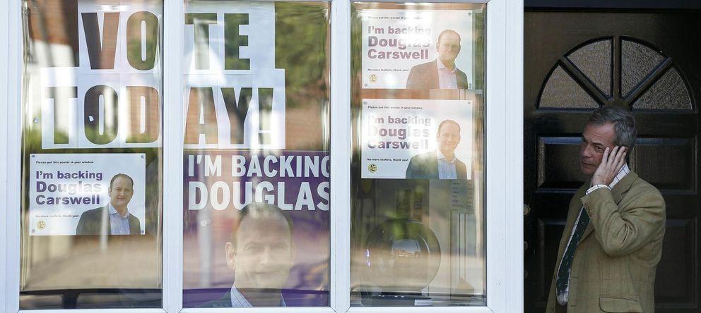 Foto: El líder del UKIP, Nigel Farage, en la puerta de las oficinas del partido en Clacton-on-Sea (Reuters).