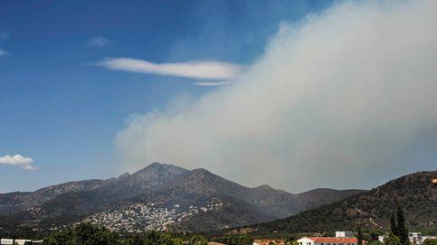 Los bomberos frenan el avance del incendio de Llançà y algunos vecinos volverán a casa