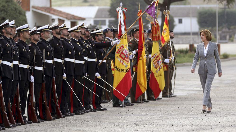 Foto: La ministra de Defensa, María Dolores de Cospedal, pasa revista a las tropas (Efe)