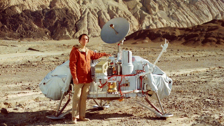 Carl Sagan junto a un modelo de la sonda Viking. (NASA)