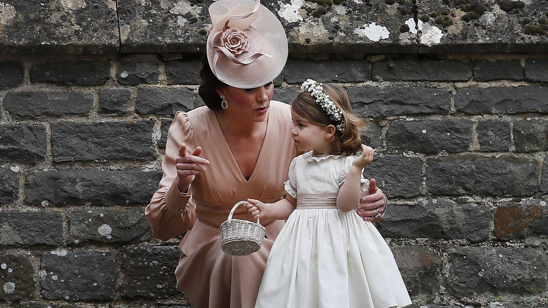 Kate Middleton, hablando con su hija en la boda de Pippa. (Getty)
