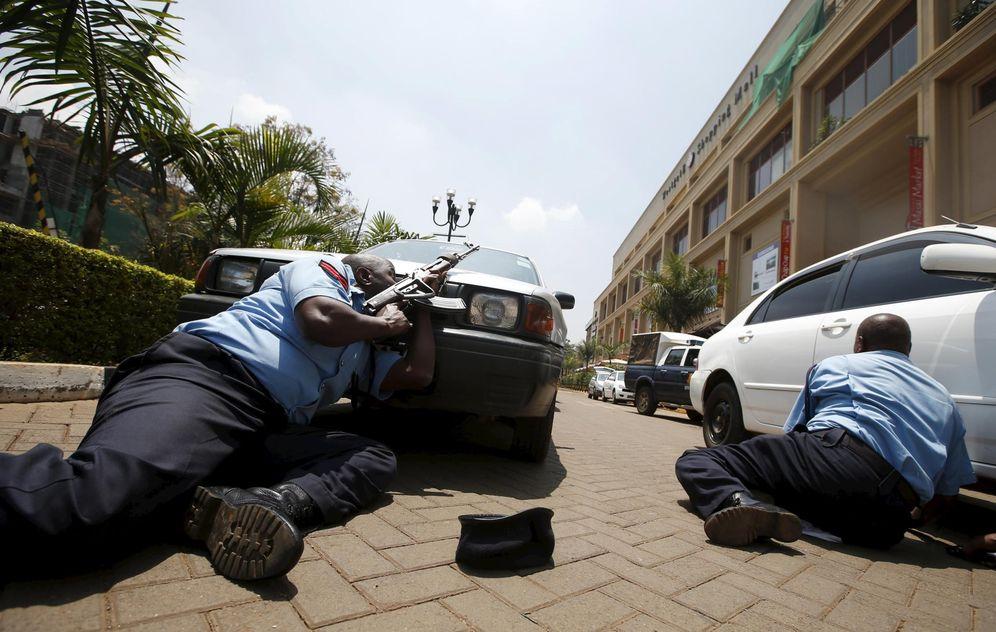 Foto: Agentes se ponen a cubierto durante el ataque contra un centro comercial de Nairobi, en septiembre de 2013 (Reuters).