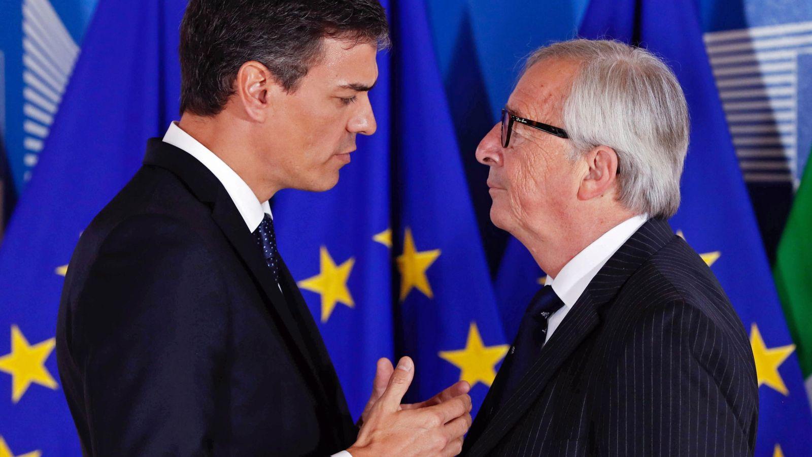 Foto: Pedro Sánchez conversa con el presidente de la Comisión Europea, Jean-Claude Juncker. (EFE)