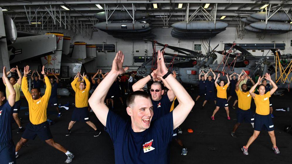 Foto: Militares estadounidenses en el portaaviones USS Ronald Reagan. (EFE)
