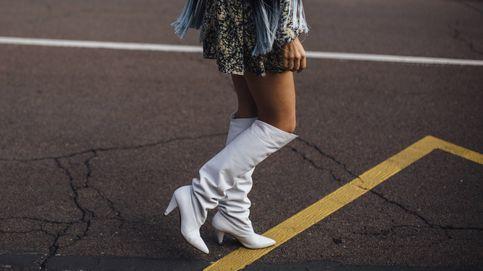 Las botas 'seventy' dominan el street style y se llevan con faldas y vestidos muy cortos