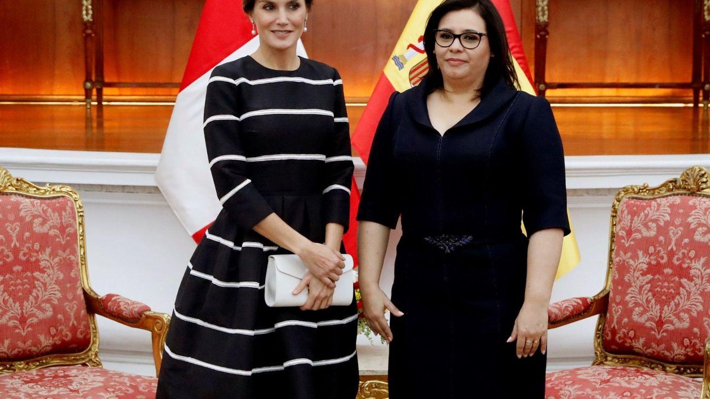 La reina Letizia con la esposa del presidente de la República de Perú, Maribel Carmen Díaz, durante una recepción en Perú con clutch de Furla.  (EFE)