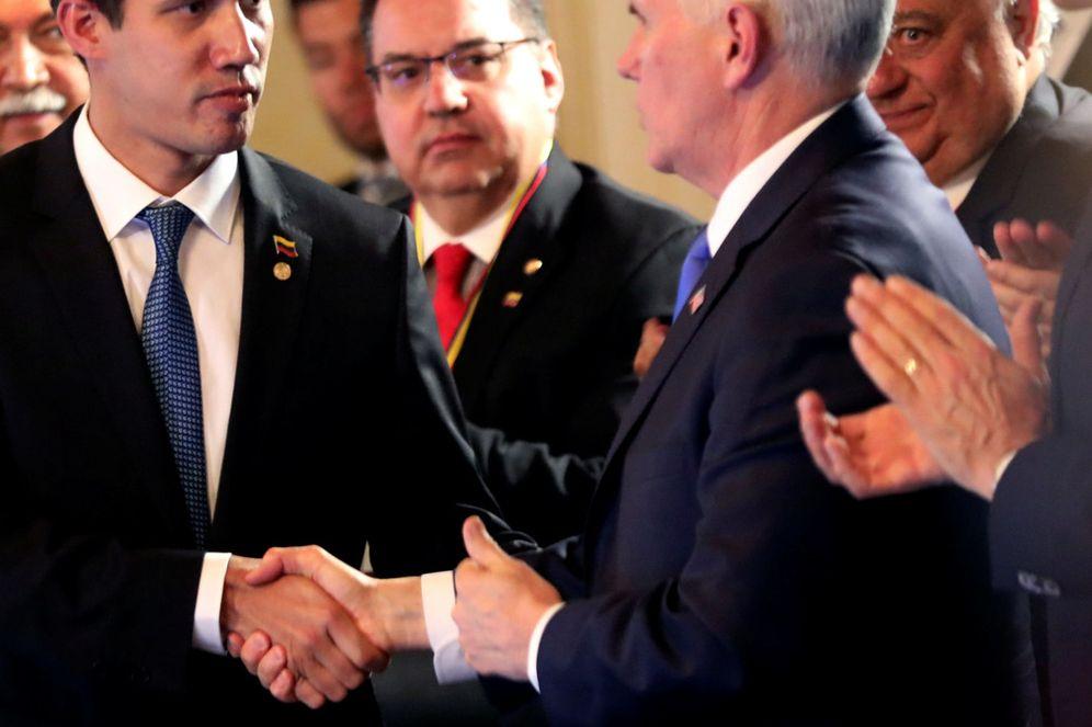 Foto: Mike Pence saluda a Juan Guaidó durante la cumbre del Grupo de Lima celebrada en Bogotá. (EFE)