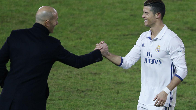 Zidane felicita a Cristiano tras la final del Mundial de Clubes disputada en Yokohama. (REUTERS)