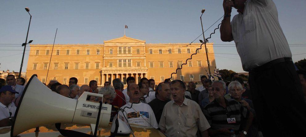 Foto: Trabajadores griegos protestan ante el Parlamento de Atenas por las medidas de austeridad implantadas por el Gobierno heleno (Reuters).