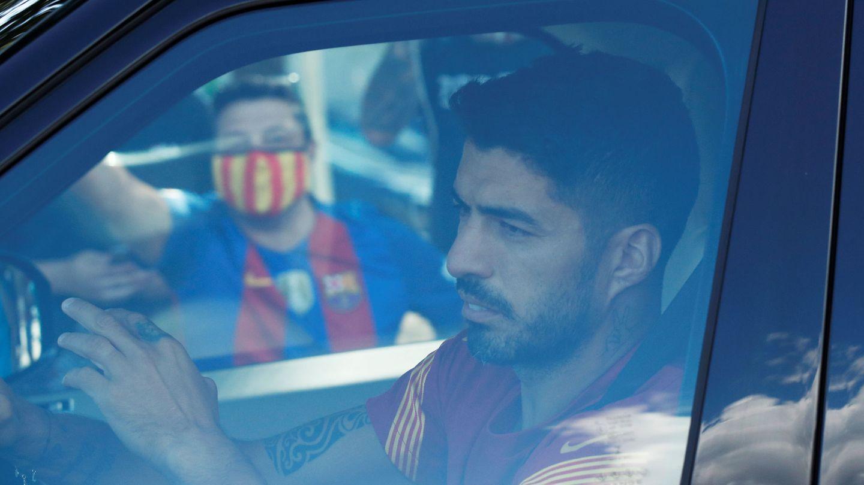 Suárez, increpado a la llegada de un entrenamiento. (Reuters)