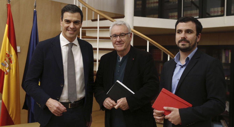 Sánchez, con Cayo Lara y Alberto Garzón, este miércoles. (EFE)