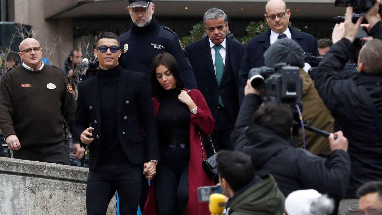 Cristiano Ronaldo, junto a Georgina Rodríguez, a la salida de la Audiencia Provincial de Madrid. (EFE)