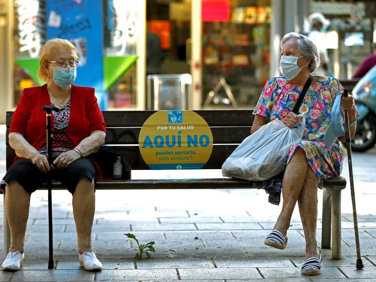 Foto: Dos mujeres conversan en un banco de L'Hospitalet (Barcelona). (EFE)