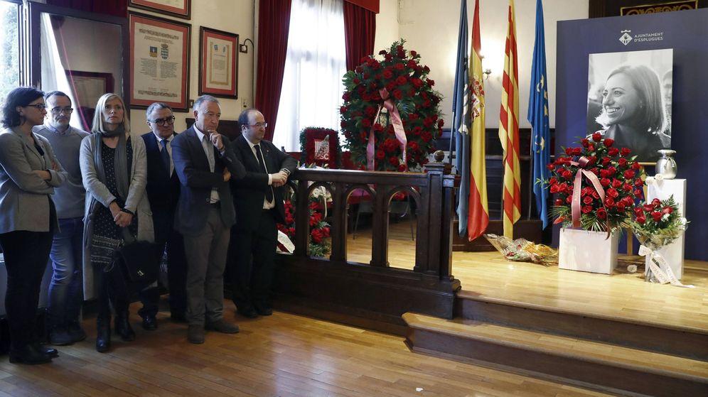 Foto: El primer secretario del PSC en Cataluña, Miquel Iceta (d), en el salón de plenos del Ayuntamiento de Esplugues de Llobregat, donde se expusieron las cenizas de la socialista Carme Chacón. (EFE)