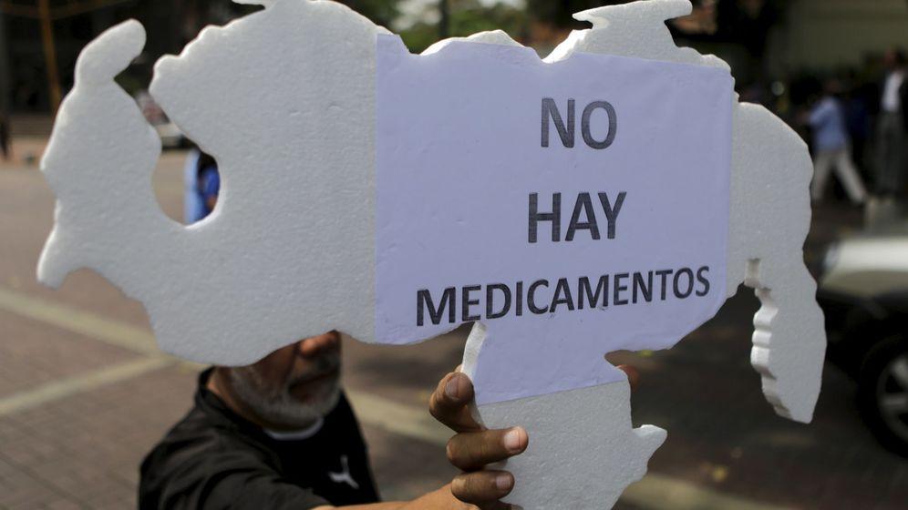 Foto: Un hombre sostiene un cartón con la silueta de Venezuela durante una protesta por la falta de medicinas en Caracas, en abril de 2016. (Reuters)