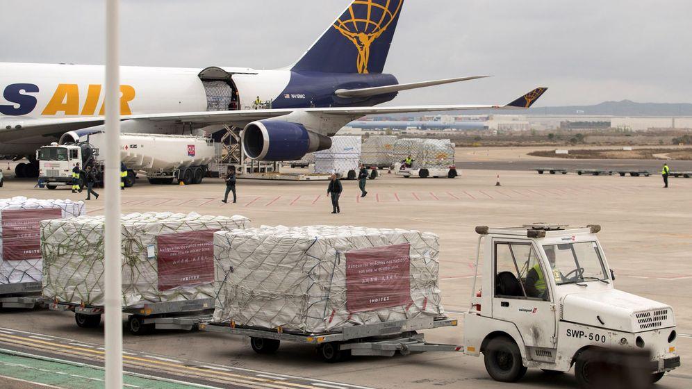Foto: Operarios descargan más de un millón de mascarillas y material sanitario, donado por Inditex y procedente de China. (EFE)