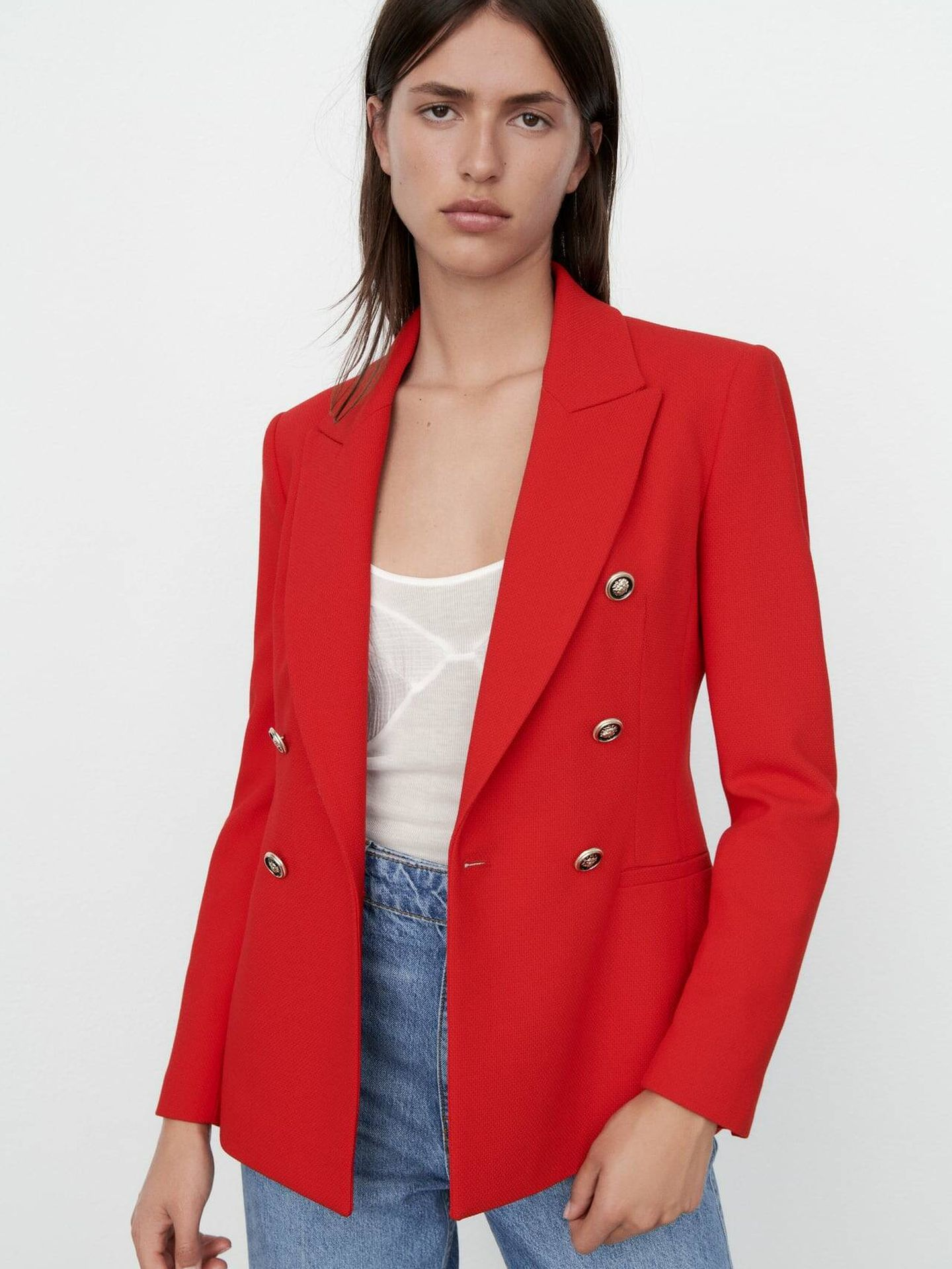 Americana roja de Zara. (Cortesía)