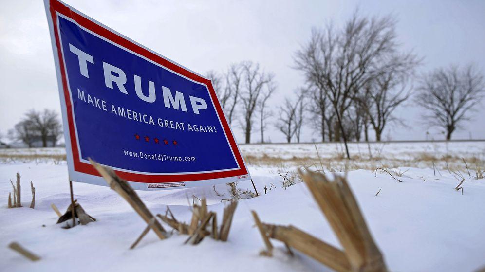 Foto: Un cartel de apoyo a Trump en mitad de una carretera helada en EEUU. (Reuters)