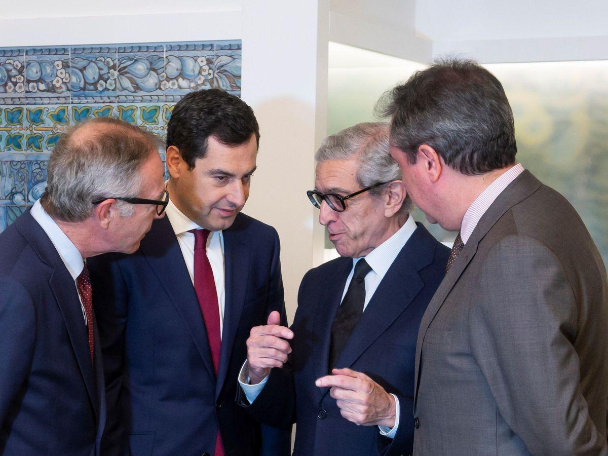 Foto: Braulio Medel (2d), presidente de la Fundación Unicaja, junto al presidente de la Junta de Andalucía, Juanma Moreno (2i). (EFE)