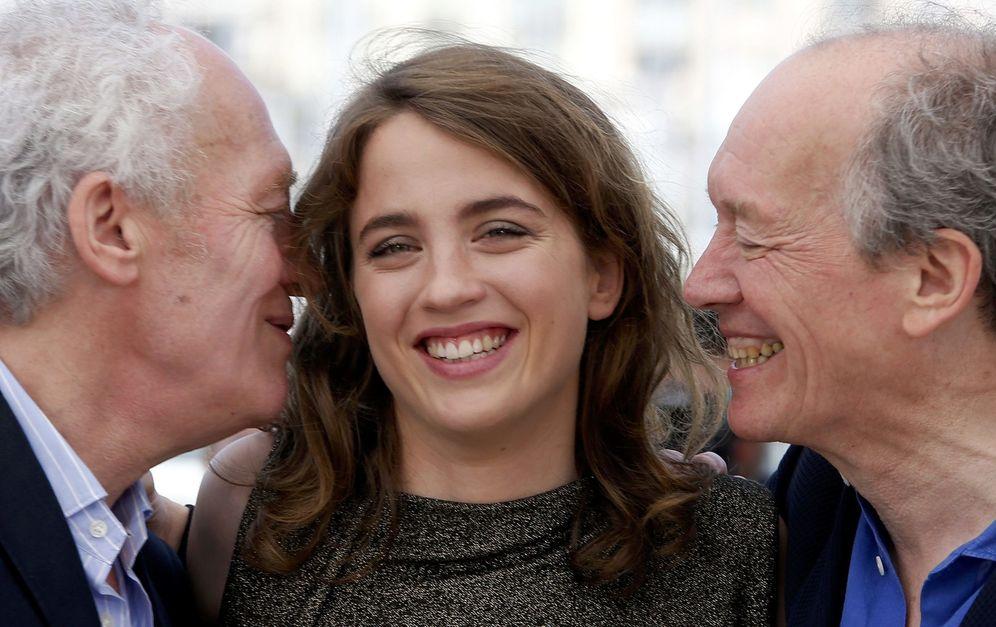 Foto: Jean-Pierre Dardenne y Luc Dardenne besan a Adele Haenel en Cannes. Foto: Eric Gaillard/Reuters