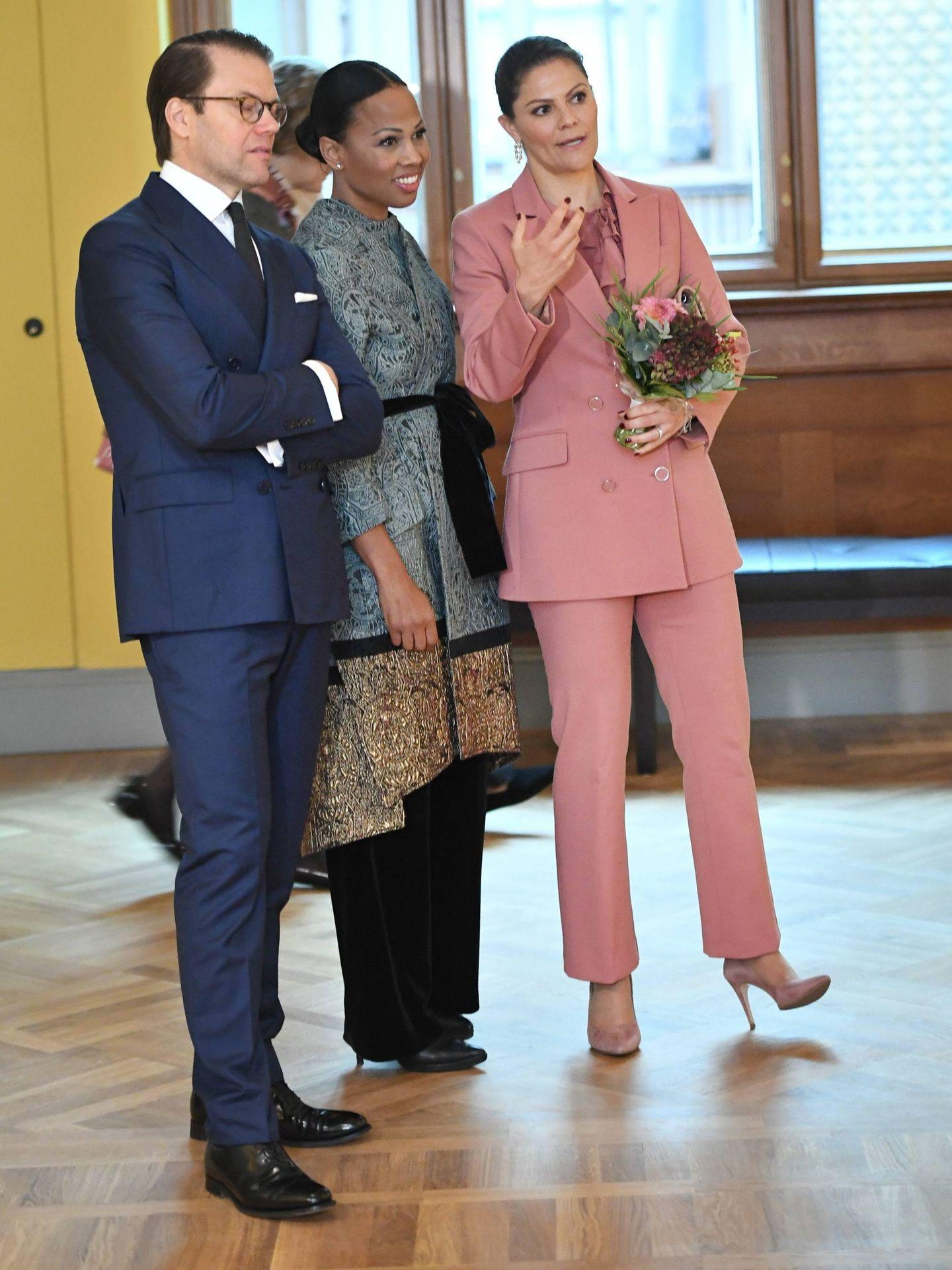 Victoria de Suecia y su marido, con la ministra de Cultura. (Cordon Press)