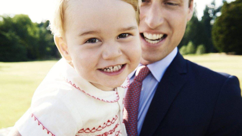 El principe Guillermo junto a su hijo en una imagen de archivo.