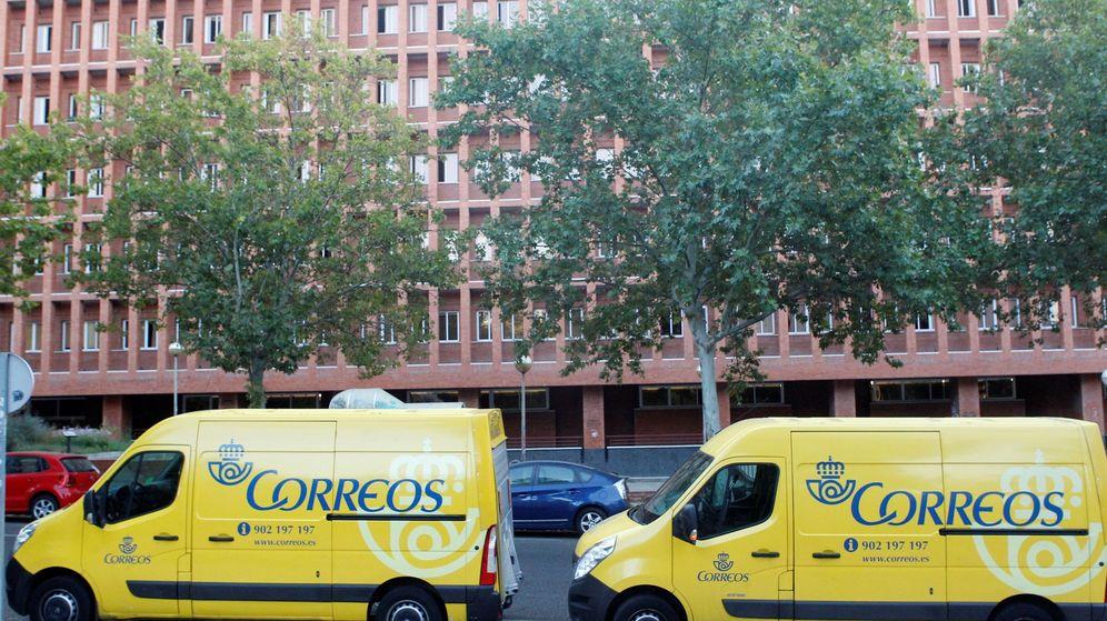 Foto: Vehículos de Correos. (EFE)