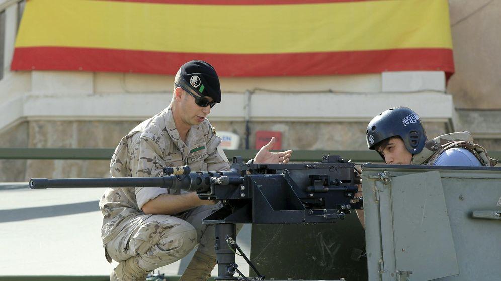 Foto: Un soldado muestra a un joven un vehículo militar en el cuartel de El Bruc de Barcelona. (EFE)