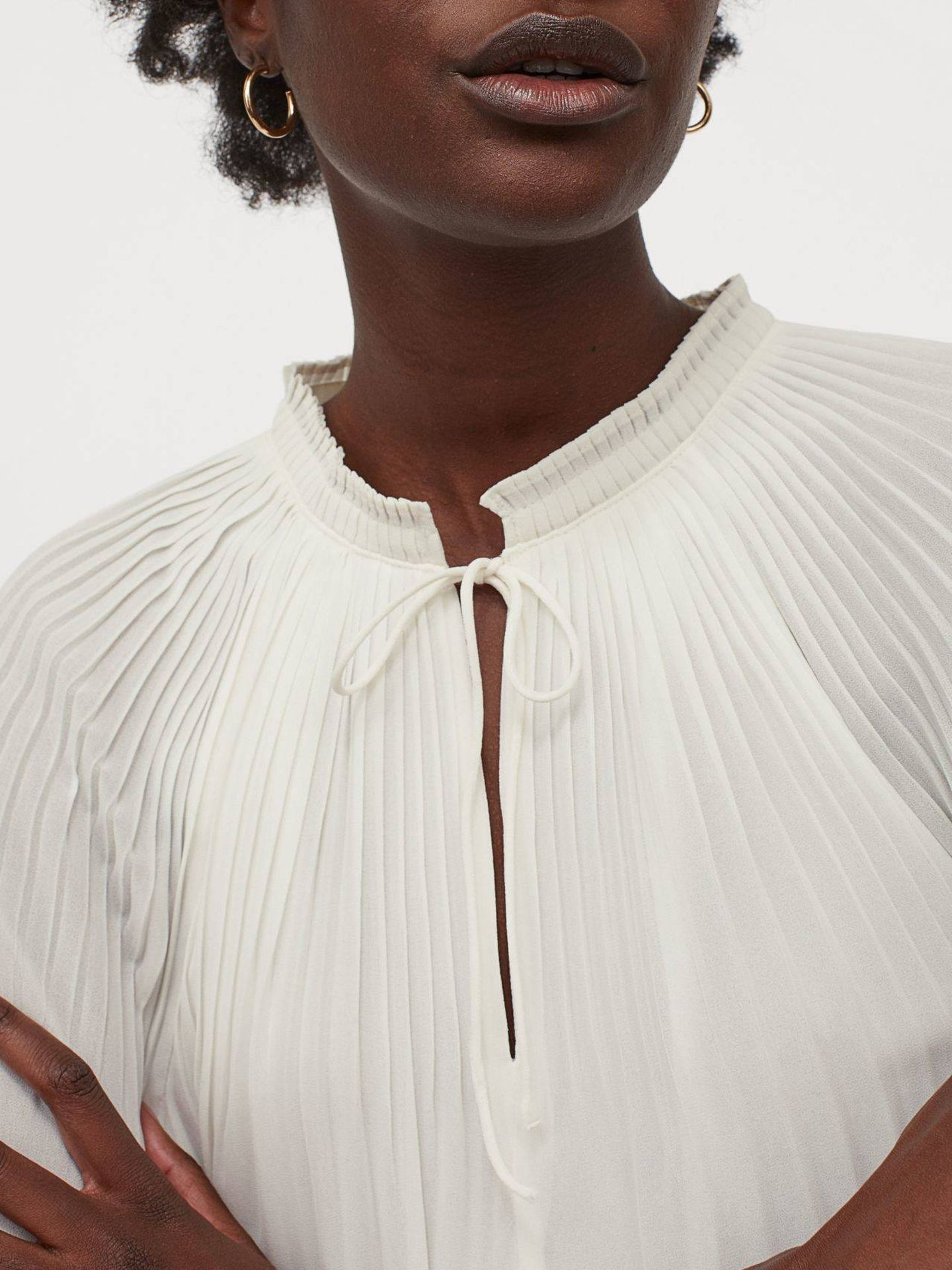 Blusa de gasa plisada y elegante de HyM. (Cortesía)