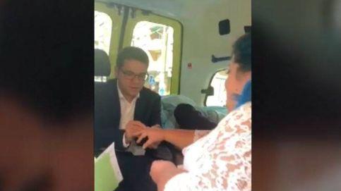 Una pareja cumple el último deseo de su padrino y se casa dentro de una ambulancia