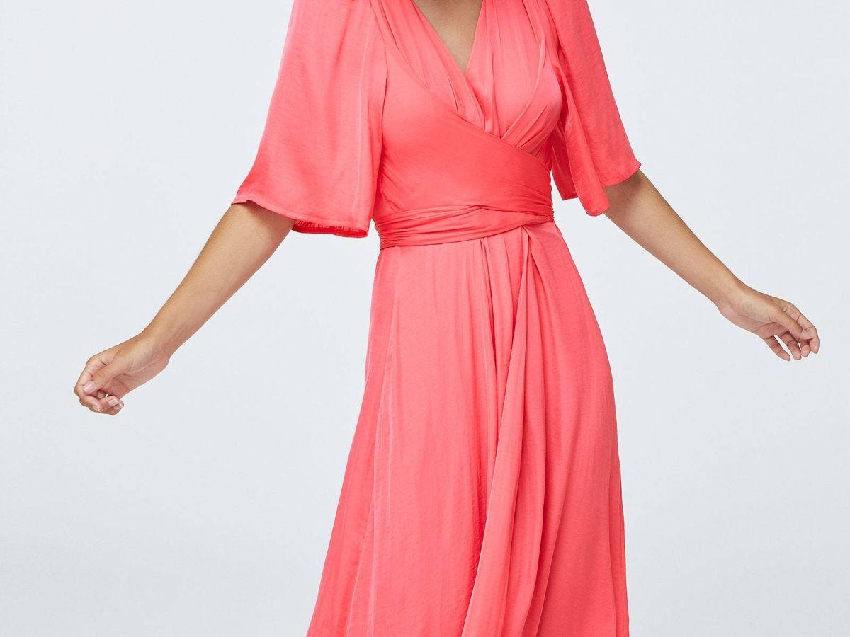 Foto: Las invitadas que se quieran ver más estilizadas ficharán este vestido de Oysho. (Cortesía)
