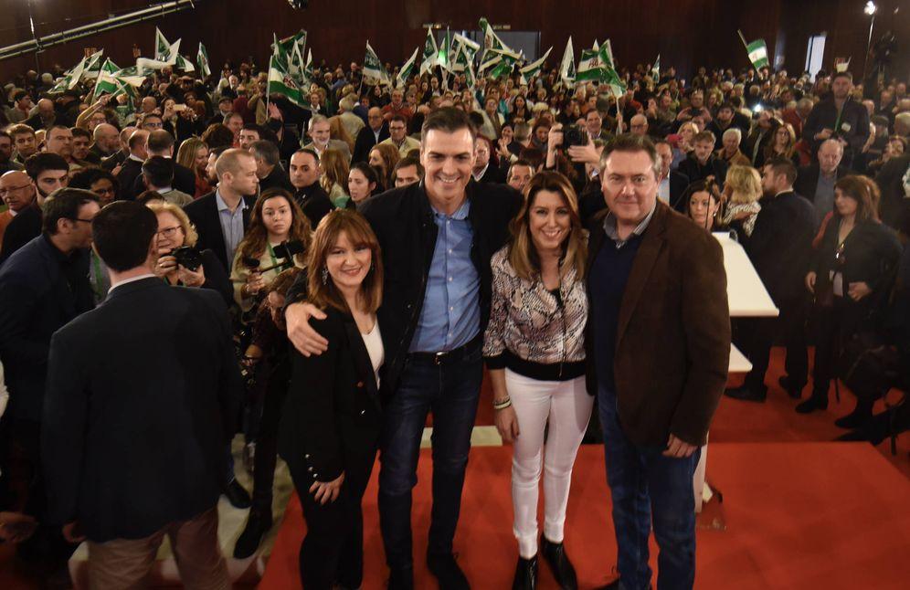 Foto: Pedro Sánchez, con Verónica Pérez, Susana Díaz y Juan Espadas, durante su mitin en el hotel Barceló Renacimiento de Sevilla, este 16 de febrero. (Juanma Aspano | PSOE-A)