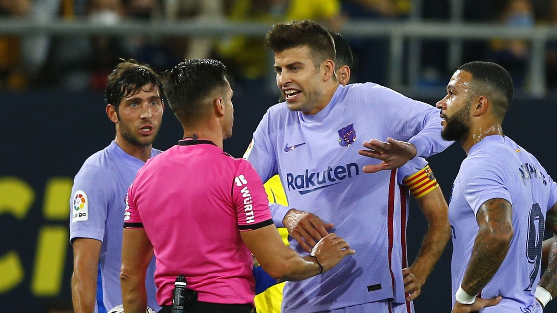 Piqué protesta al árbitro. (Reuters)