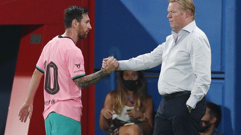 Messi y Koeman chocan las manos en el partido contra el Girona. (Efe)