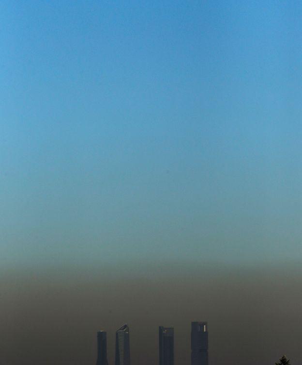 Foto: Una boina de contaminación cubre la ciudad de Madrid, el 10 de marzo del 2017. (Juan Carlos Hidalgo / EFE)