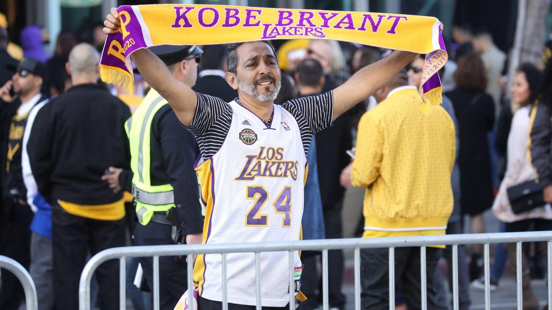 Un emocionado fan con una bufanda del jugador. (EFE)